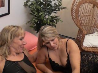 Geile Lesbenspiele mit einem Doppeldildo