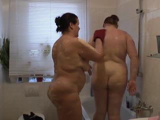 2 Lesben duschen nach Renovierung 1
