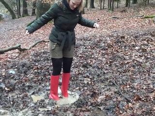 Mit roten Absatz-Gummistiefeln hilflos im Sumpf stecken gebliebe