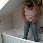 In Jeans in der Wanne gepisst & angepisst